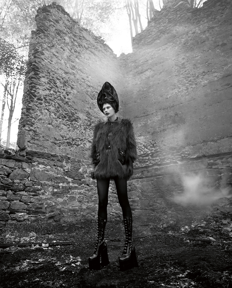 Coat in goat and polished leather, GUCCI. Hat, HEATHER HUEY. Gloves, LACRASIA. Tights, FALKE. Boots, MARC JACOBS.