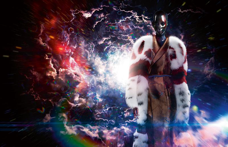 Long manteau en renard à détails de vision et robe en soie imprimée, FENDI.