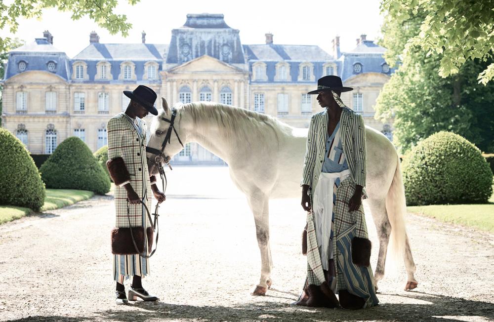 À gauche et à droite : robes en trompe-l'œil en laine et fourrure, et chaussures, Thom Browne. Chapeaux, Maison Michel. Chaussettes, Falke.