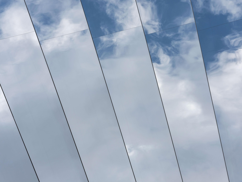 Détail de l'installation Open Sky de COS x Phillip K. Smith III, au Palazzo Isimbardi à Milan à l'occasion du Salone del Mobile 2018.
