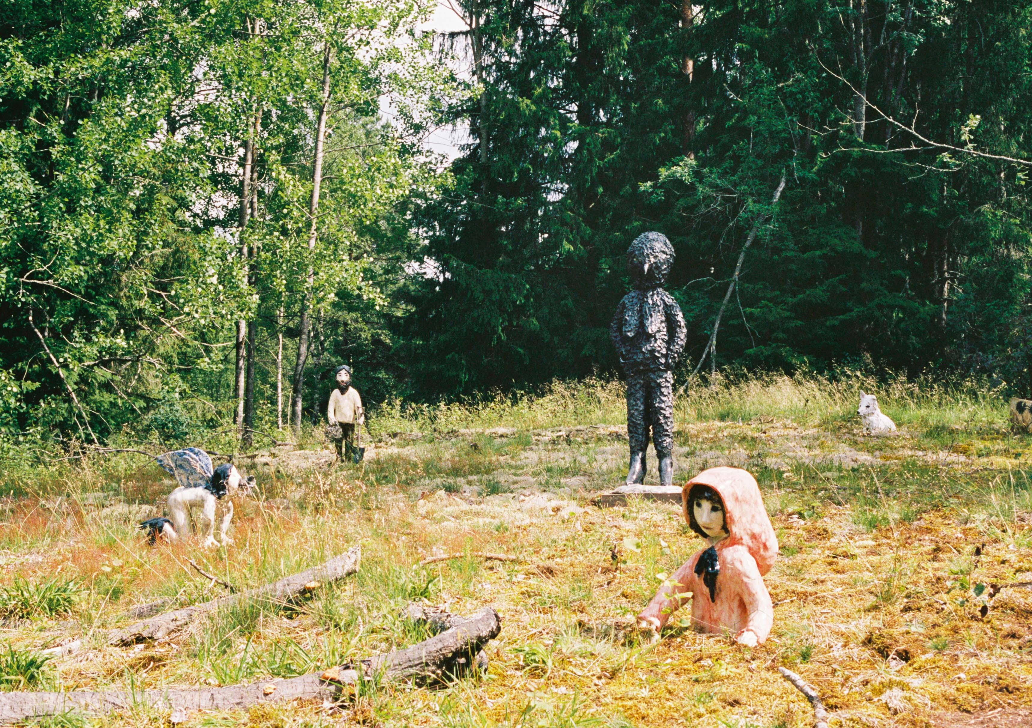 De gauche à droite : On Her Knees (2017), céramique, 47 x 55 x 33 cm. The Gardener (2016), céramique, 75 x 30 x 20 cm. Dark Bird (2017), céramique, 132 x 42 x 35 cm. Little Red Riding Hood (2016), céramique, 48 x 38 x 30 cm. Tanja (2015), céramique, 36 x 39 x 19 cm.
