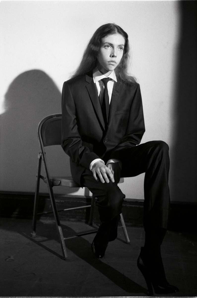 Veste et pantalon en laine, chemise en coton et cravate, GIORGIO ARMANI. Chaussures, MARC JACOBS.