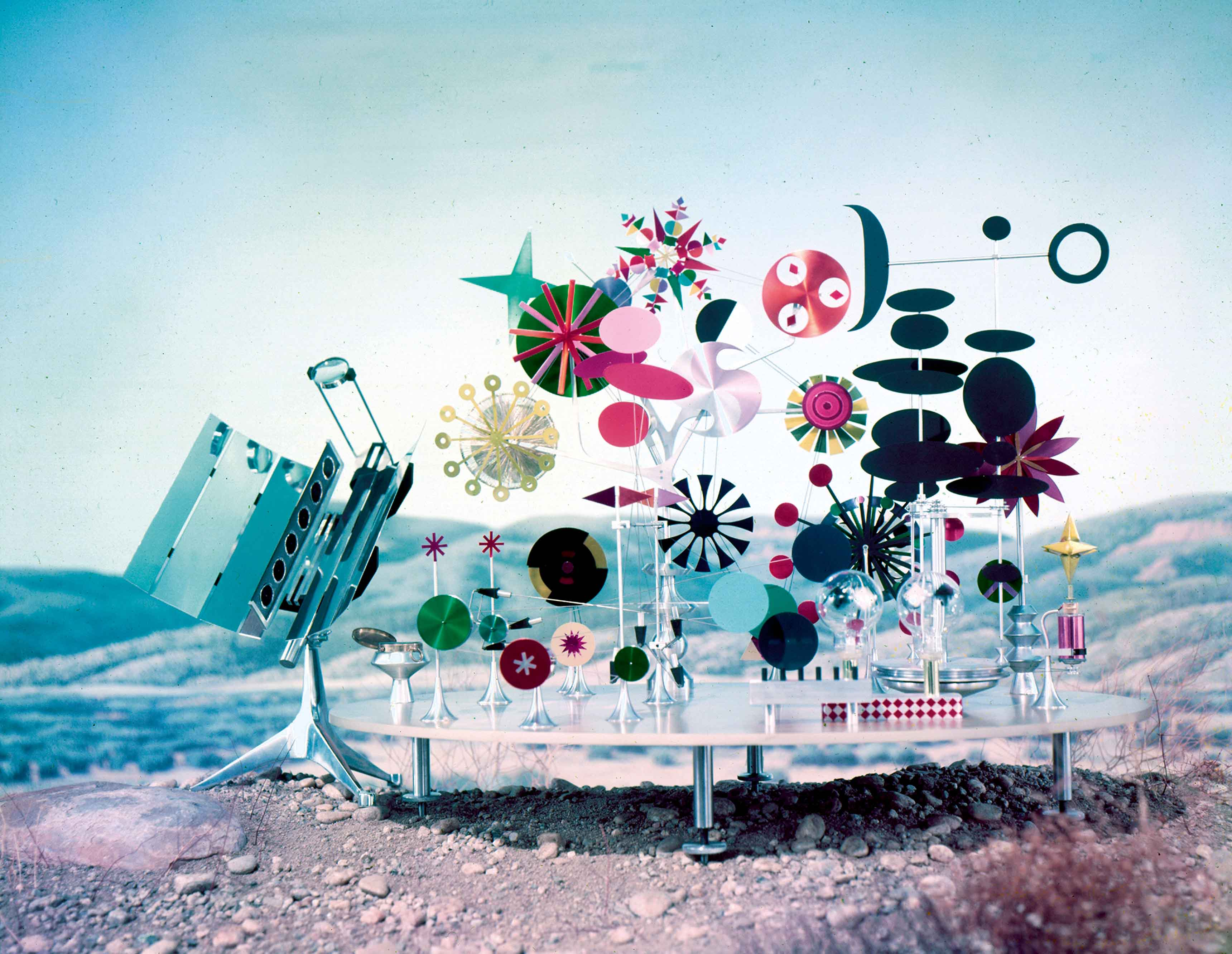 La Solar Do-Nothing Machine (1957) de Charles & Ray Eames est l'une des premières machines utilisant l'énergie solaire. Derrière ses apparences de jouet, elle témoigne de la manière dont les Eames prenaient en compte les nouvelles technologies.