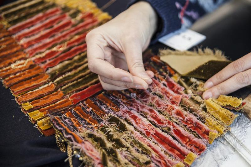 Broderies d'un sac de la collection Paris-Hambourg. Extrêmement complexes, ces broderies sont entièrement réalisées à la main.