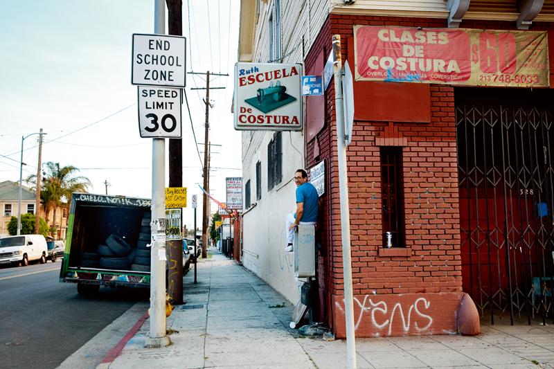 Perché sur une borne de téléphone dans le quartier South Central de Los Angeles, Dov Charney, l'ancien P-DG d'American Apparel semble avoir retrouvé le sourire.