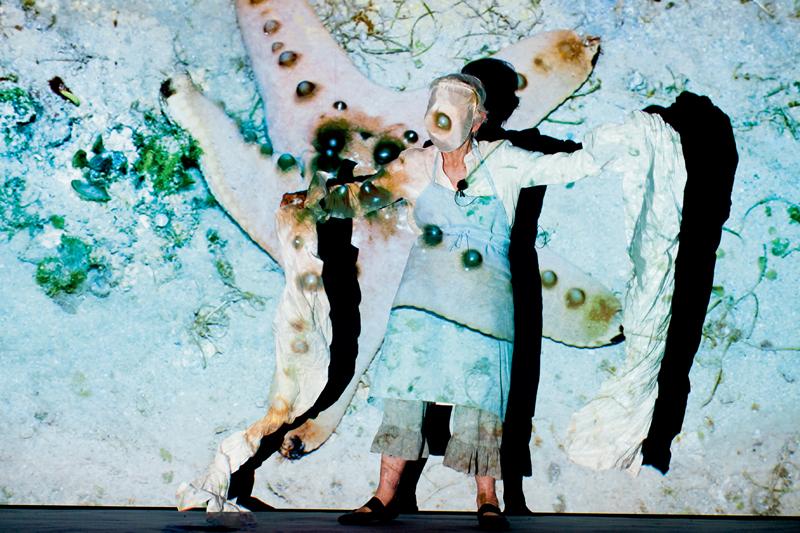 """Moving Off the Land"", 2016-2017, performance de Joan Jonas, Vienna, Autriche, 2017. Photo par Christoph Leibentritt"
