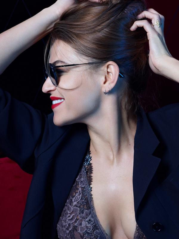 Veste et lunettes, BOTTEGA VENETA. Body, LA PERLA.