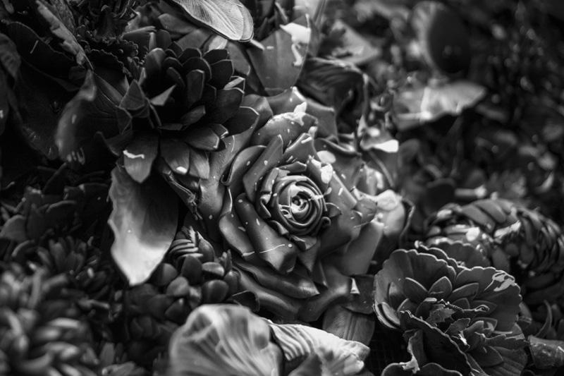 Fleurs réalisées en cuir, coupées, façonnées, gaufrées et assemblées à la main.