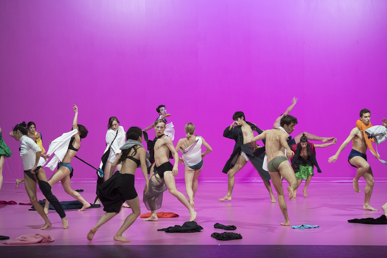 """Miguel Gutierrez, CCN – Ballet de Lorraine, """"Cela nous concerne tous"""" (This concerns all of us) // Costumes par Rei Kawakubo © Laurent Philippe"""