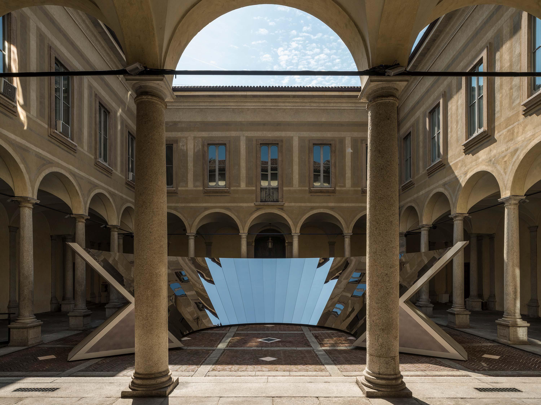 """""""Open Sky"""" de l'artiste Phillip K. Smith, installation réalisée pour le label COS au Palazzo Isimbardi à Milan à l'occasion du Salone del Mobile 2018."""