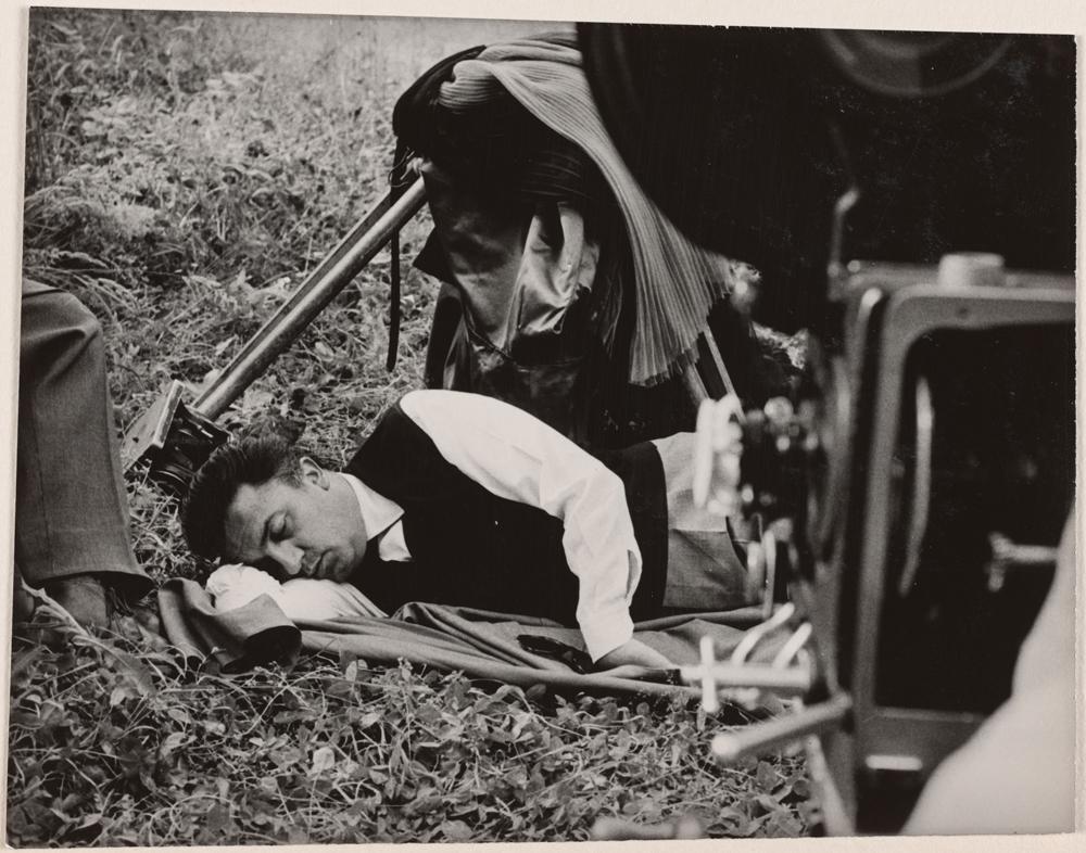 """Federico Fellini sur le tournage de la """"Dolce Vita"""", 1960 - Collection Fondation Jérôme Seydoux - © Pathé 1960 - Pathé Films - Riama Film / Identité de l'auteur réservée."""
