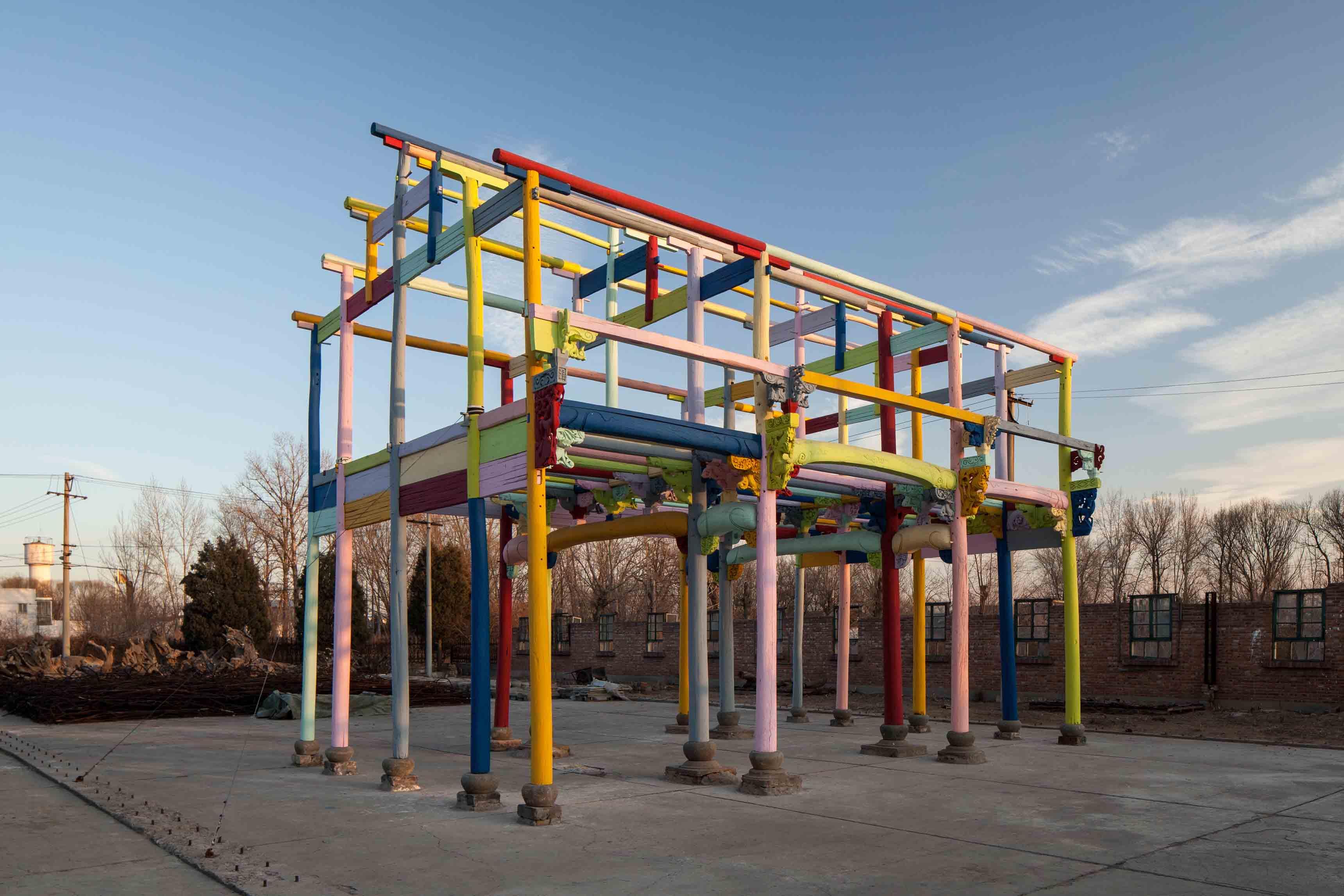 """Ai Weiwei, """"Colored House"""" [Maison colorée] (2015) . Bois, peinture industrielle, verre, 1025 x 620 x 765 cm. © Image courtesy Ai Weiwei Studio"""