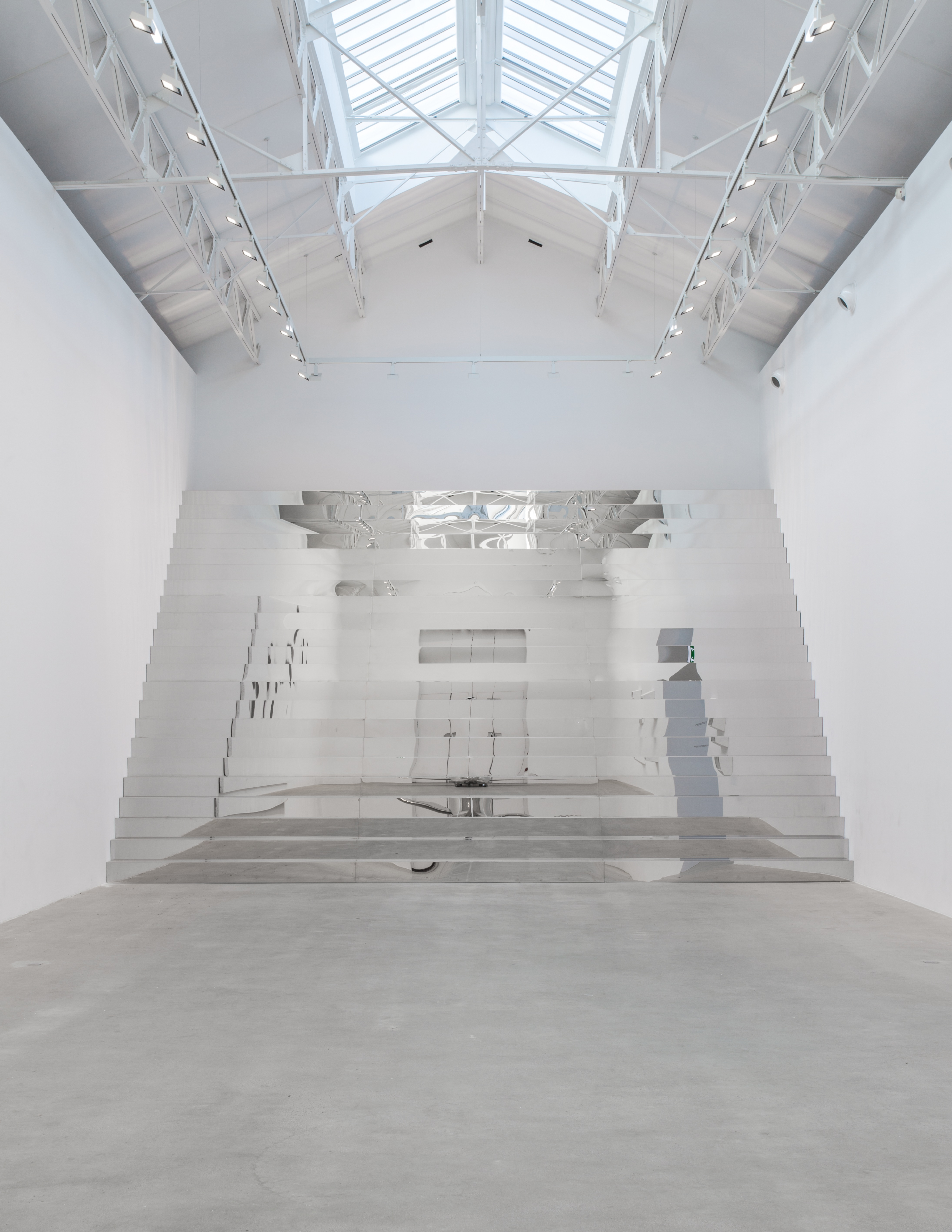 """""""Sta(i)r(e)"""" [2013] de Not Vital, acier chromé, 528 x 860 x 568 cm."""