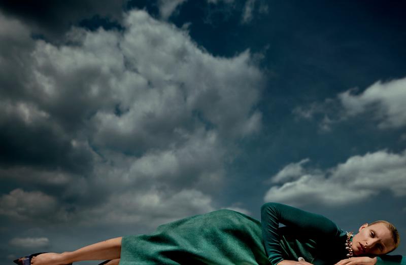 Robe en cachemire, SALVATORE FERRAGAMO. Chaussures, BALENCIAGA. Collier et bagues, PEBBLE LONDON.