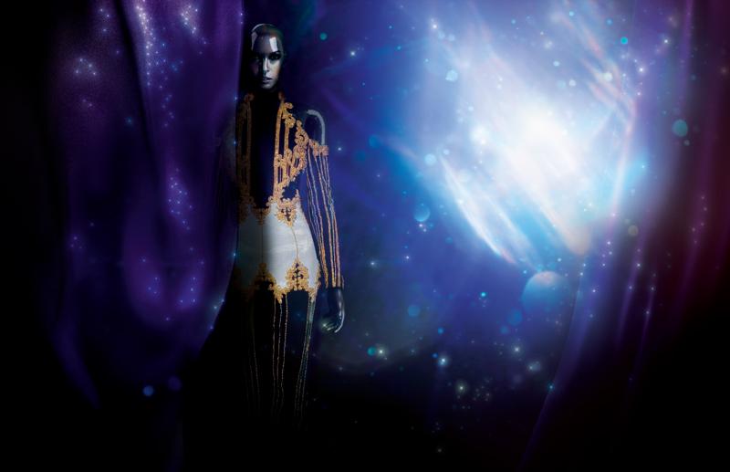 Longue robe en velours brodé de perles et de cristaux, BALMAIN.