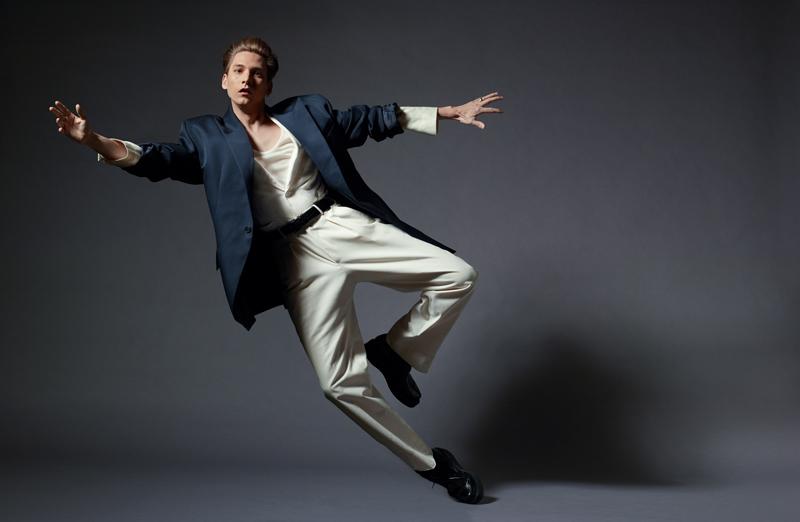 Veste en toile de laine, JUUN.J. Veste en lin et pantalon en toile de coton, ERMENEGILDO ZEGNA. Débardeur en jersey de soie et ceinture, HAIDER ACKERMANN. Chaussettes, FALKE. Creepers, THE KOOPLES.