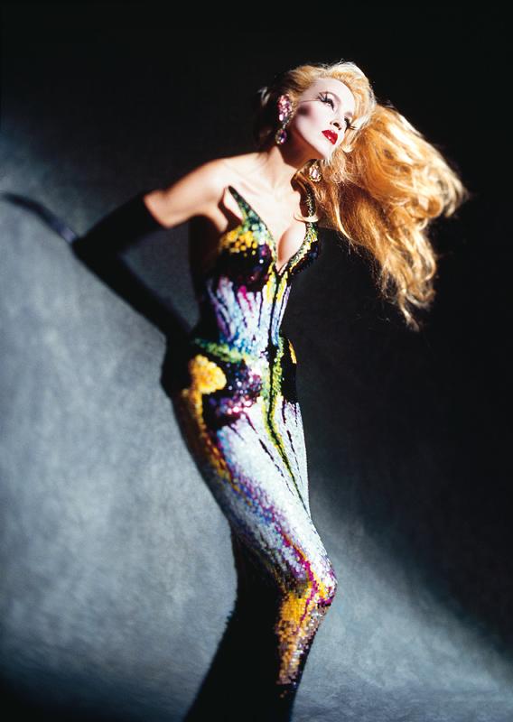 """La mannequin Jerry Hall par Dominique Issermann. Tenue : Thierry Mugler, collection """"Les Insectes"""", haute couture printemps-été 1997. Photo : © Dominique Issermann."""