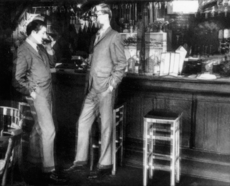 """Gilbert & George, """"Smashed detail"""".  C'est sur les pièces historiques de Gilbert & George (des photos du début des années 70 évoquant par le flou et la déformation l'état d'ébriété des artistes dans un bar de Londres) que le galeriste a choisi de se concentrer pour l'inauguration londonienne. Un choix d'autant plus pertinent que leurs récentes pièces étaient loin d'avoir fait l'unanimité."""