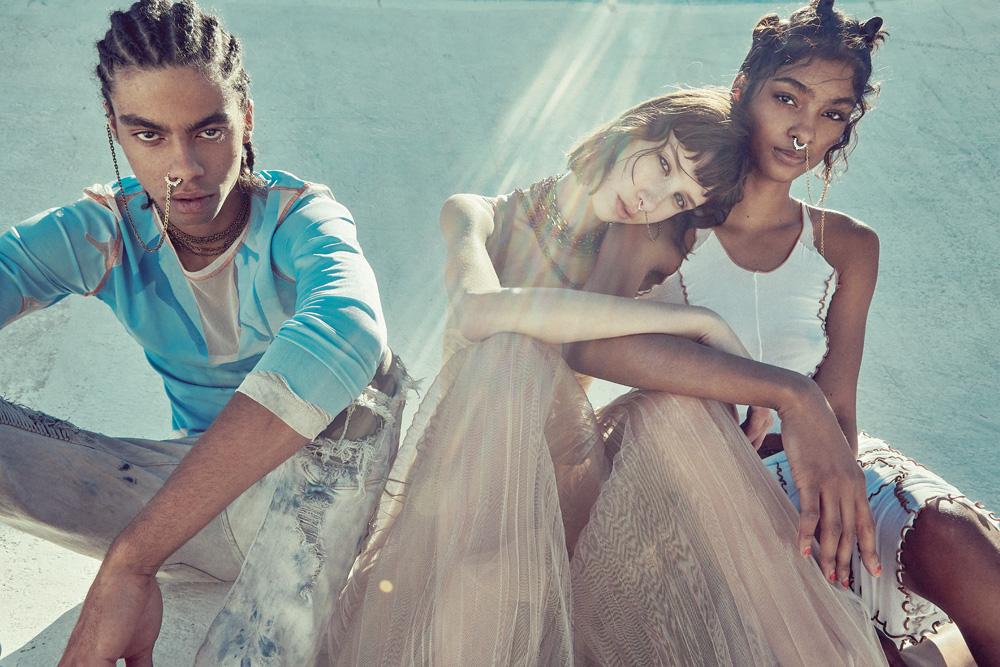 De gauche à droite, lui : haut en jersey de coton, KENZO. Jean vintage. Elle, au milieu : robe en gaze de soie, DIOR. Elle, à droite : haut et jupe en patchwork de Nylon, KITS.