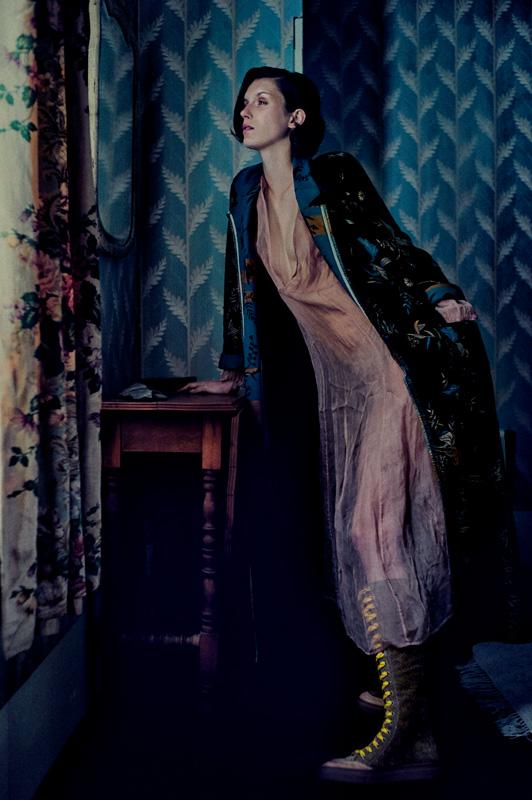 Manteau en jacquard de velours côtelé imprimé et robe en organza de soie, FORTE_FORTE. Bottes, VIVIENNE WESTWOOD.