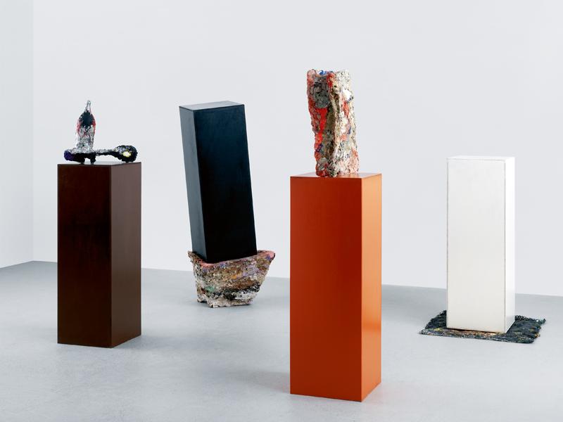 """""""Ohne tel"""" (Sans titre) [1988], de Franz West, Herbert Brandl, Otto Zitko et Heimo Zobernig. Bois, papier mâché et peinture. Dimensions variables. Collection Hauser & Wirth, Suisse."""