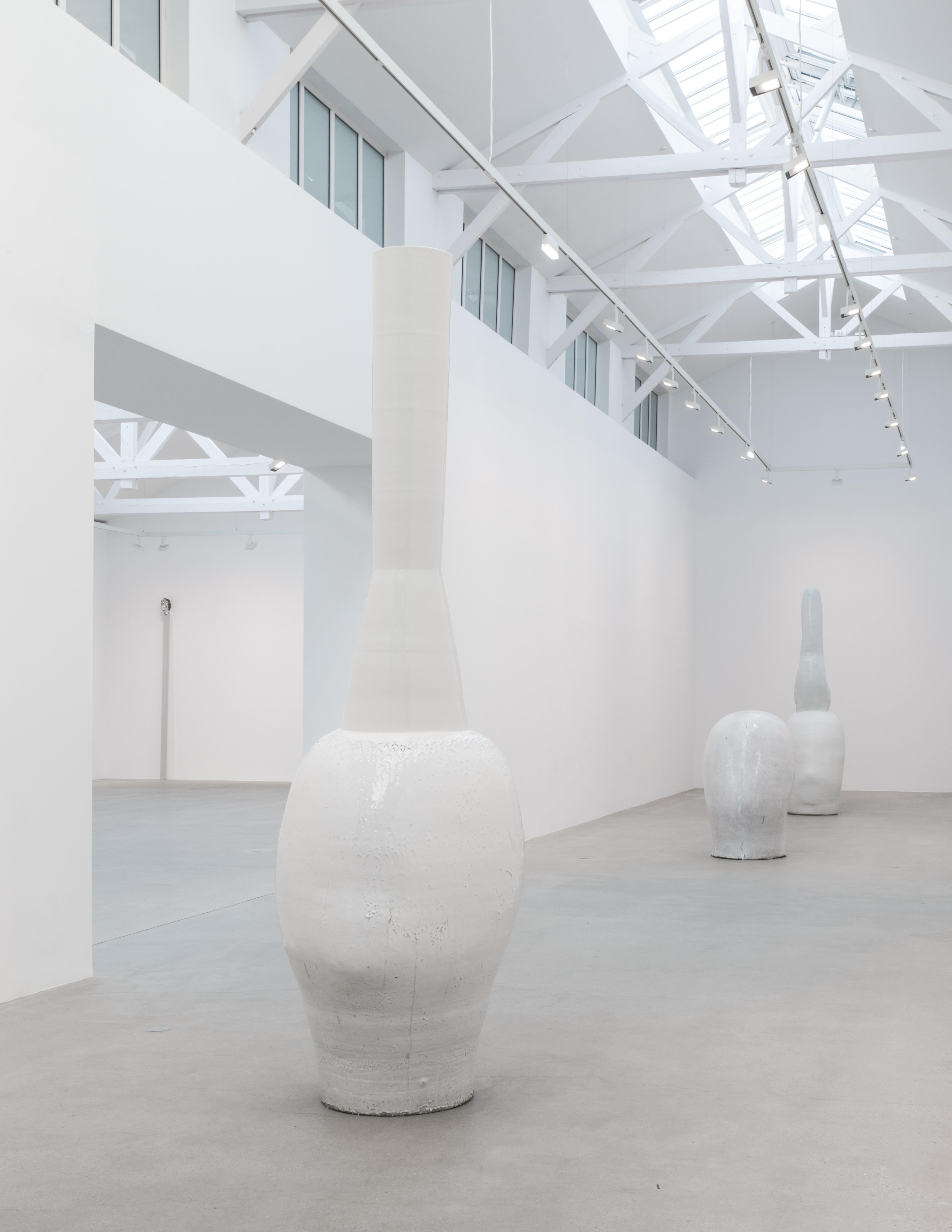 """""""HEAD + Chimney"""" (2016) de Not Vital, céramique, 331 x 100 x 115 cm."""