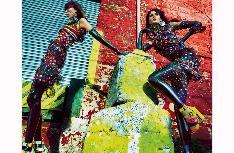 Superposition de robes en mousseline de soie imprimée et hauts en jersey imprimé, GIVENCHY PAR RICCARDO TISCI. Ras-du-cou, ZANA BAYNE. Boucle d'oreilles et collier, NEW YORK VINTAGE. Gants et leggings en latex, THE BARONESS. Sandales, PIERRE HARDY.