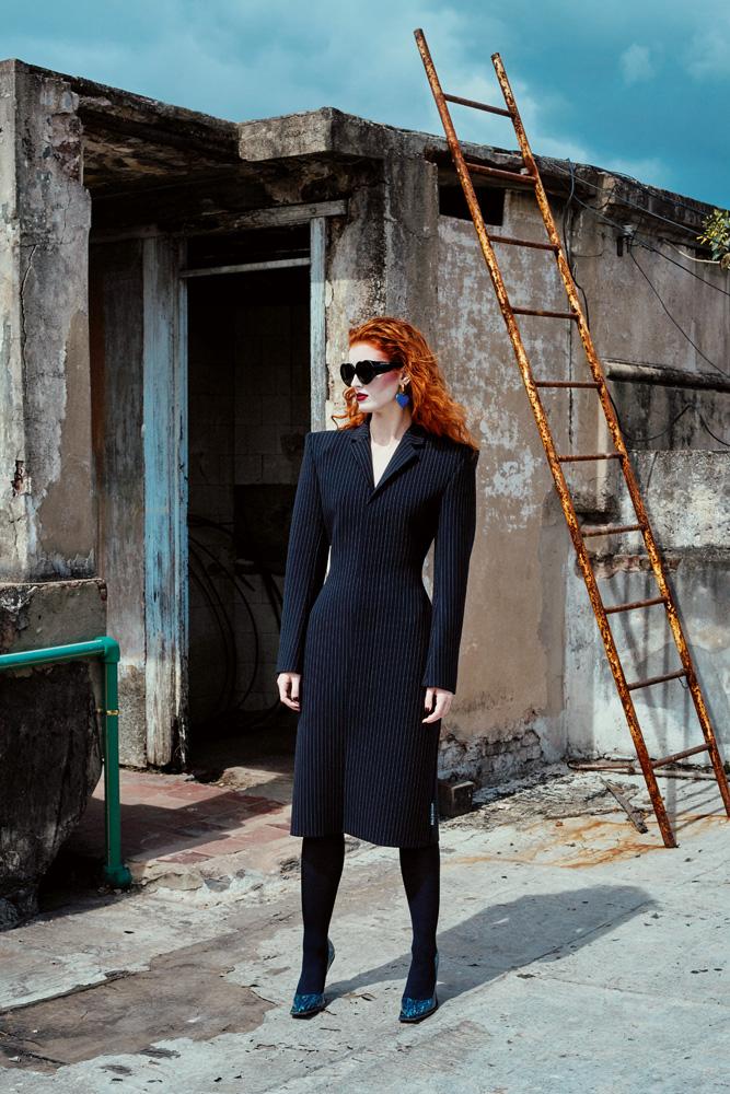 Manteau en laine, lunettes de soleil et boucle d'oreille, BALENCIAGA. Collant, FALKE. Escarpins, ACNE STUDIOS.