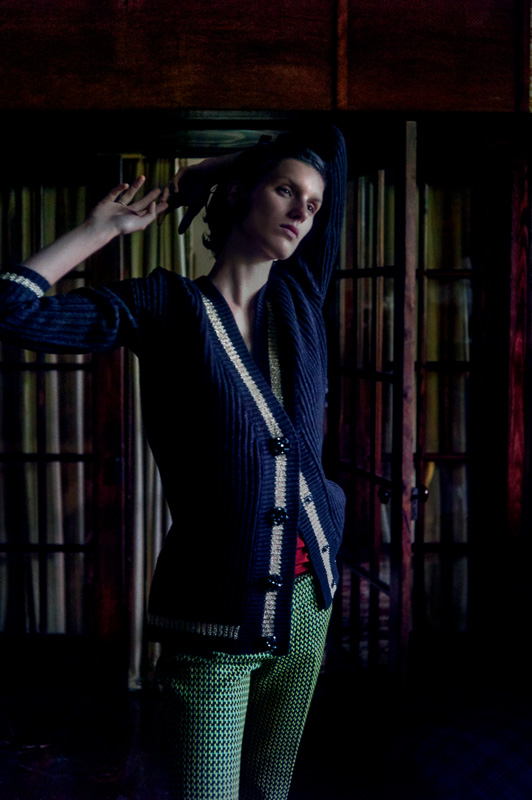 Cardigan en laine, GUESS. Pantalon en coton microimprimé, MARNI.