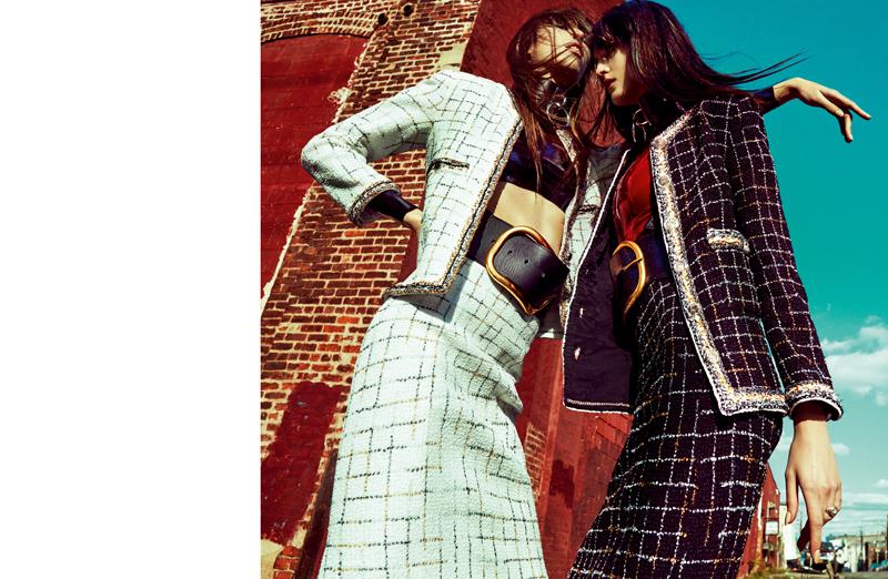 Tailleurs en tweed rebord, CHANEL. Hauts en latex, THE BARONESS. Ras-du-cou et ceintures, ZANA BAYNE.