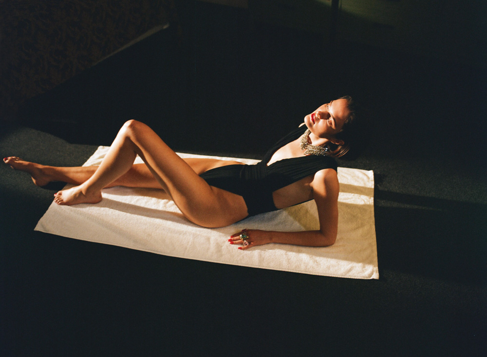 Body en georgette Stretch drapé et collier, SAINT LAURENT PAR ANTHONY VACCARELLO . Bagues, BURMA.