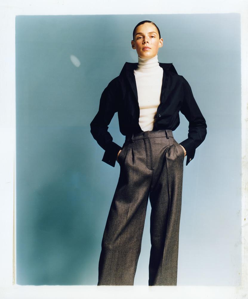 Chemise en taffetas de coton et pantalon en laine, FENDI. Col roulé en laine, HAIDER ACKERMANN.