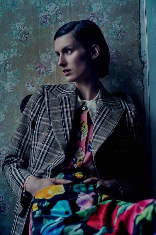 """Veste à carreaux en laine, chemise en soie à imprimé """"GG Wallpaper"""" et jupe en velours imprimé, GUCCI."""