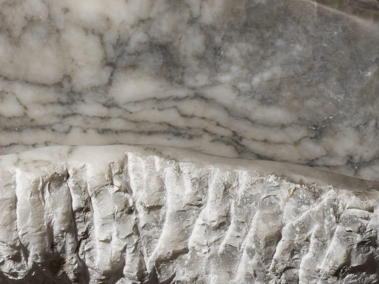 Grand plat en albâtre veine noire, teinte foncée, LIAIGRE. 13 x 39 x 63 cm.