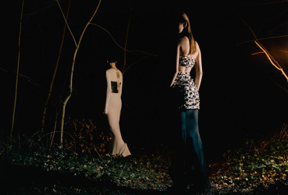 À gauche : robe en jersey et collier, CHANEL. Bustier en cuir, HALLIE SARA. À droite : robe et brassière en organza brodé, CHANEL.