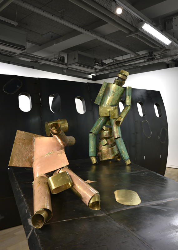 """Détail de l'installation """"The Plane Sidewall"""" : """"The Mechanic"""" (2017), laiton oxydé et résine, 121 x 69 x 97 cm, et """"The Teenager"""" (2017), laiton oxydé et résine, 148 x 58 x 77 cm. Courtesy de l'artiste, Carlier l Gebauer, Berlin et Union Pacific, Londres."""