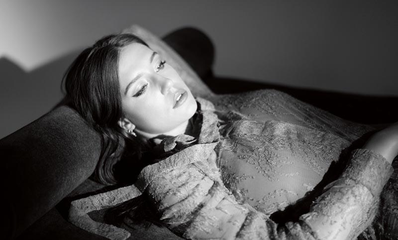 Chemisier en dentelle, DIOR. Réalisation : Camille Seydoux. Coiffure : Nabil Harlow chez Open Talent Paris pour Davines. Maquillage : Grégoris pour Shiseido. Production : Iconoclast image.