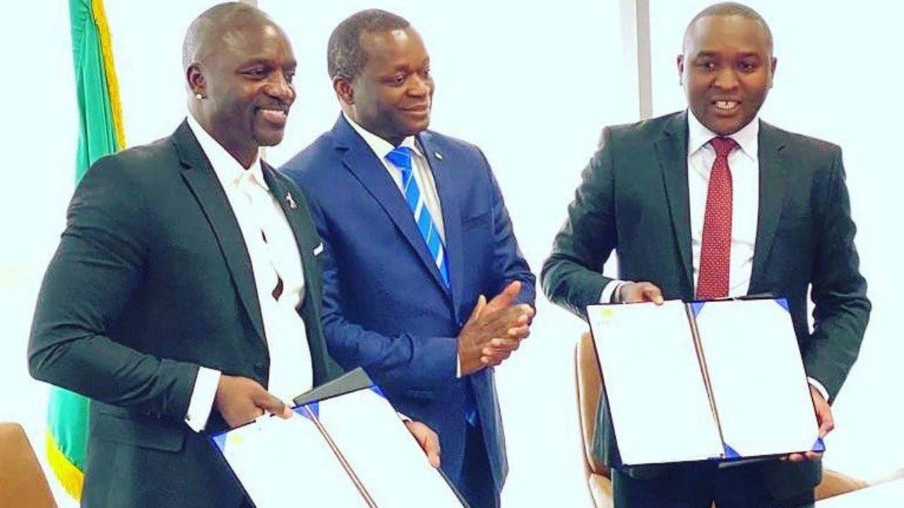 Akon signe un protocole d'accord avec Alioune Sarr, ministre du Tourisme au Sénégal, en janvier 2020.