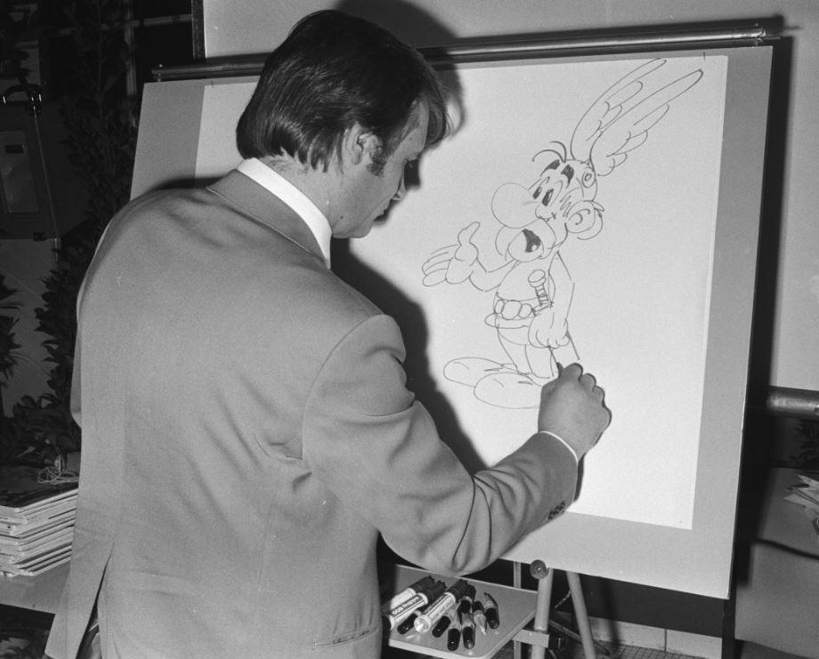 Albert Uderzo dessinant Astérix
