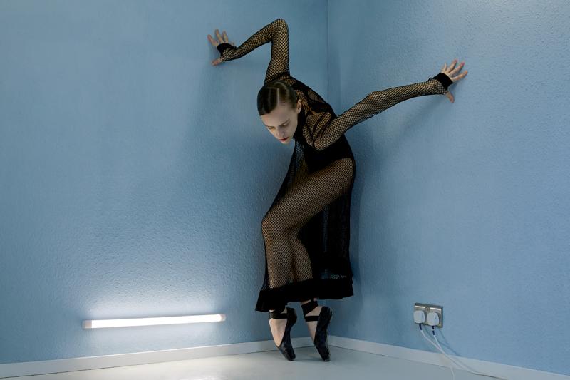Robe en résille de coton, ALTUZARRA. Body, CHANTELLE. Chaussons de danse, REPETTO.
