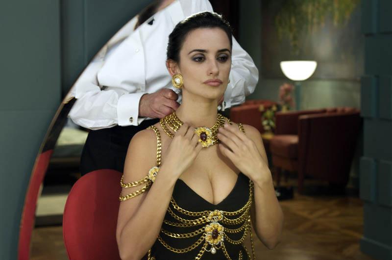 """Pénélope Cruz dans """"Étreintes Brisées"""", portant une robe Chanel haute couture printemps-été 1992-1993"""