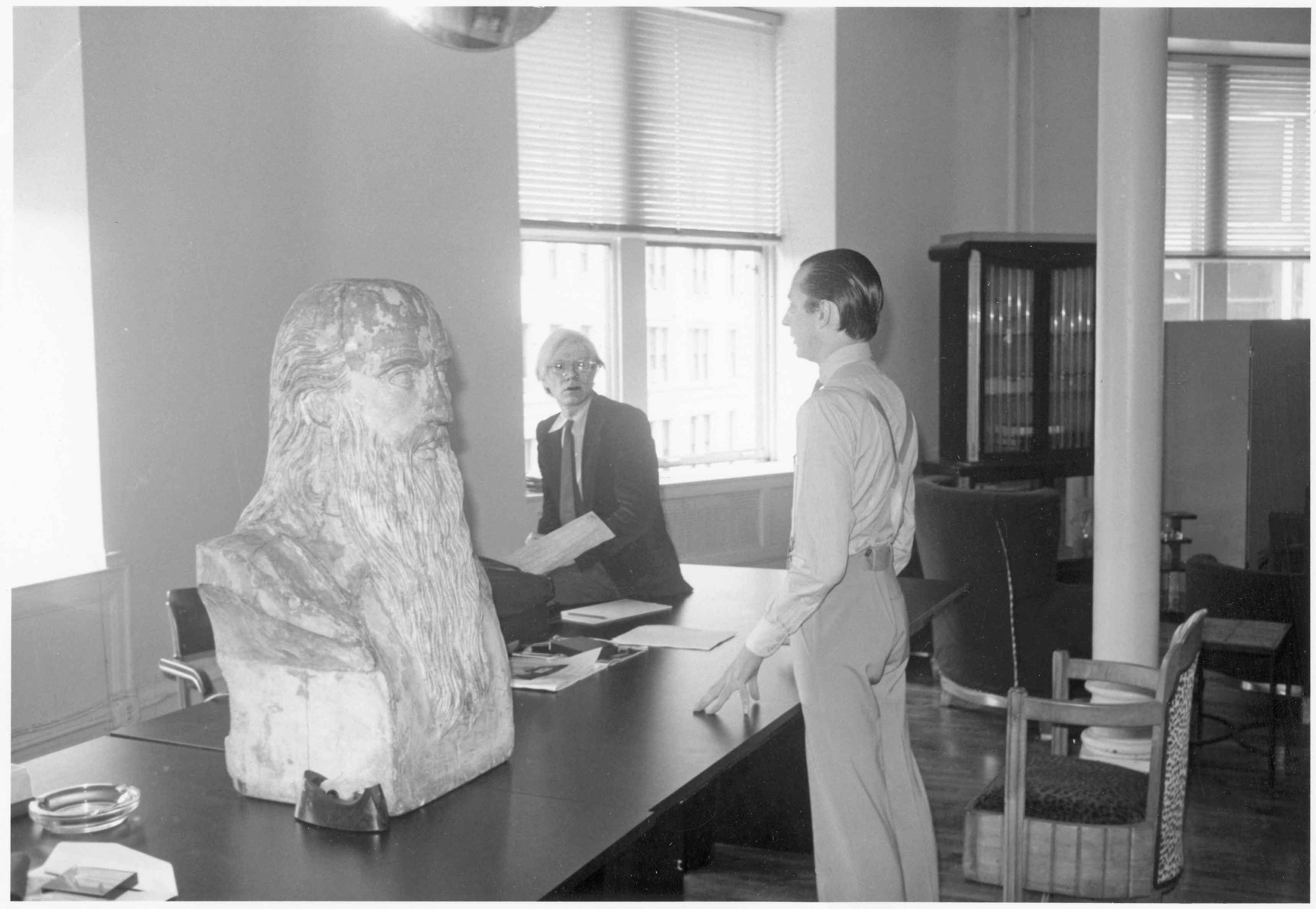 Andy et Fred Hughes, président d'Andy Warhol Enterprises, à la réception de la troisième Factory, au 860, Broadway, décorée d'un buste en bois de Léonard de Vinci. © Bob Colacello