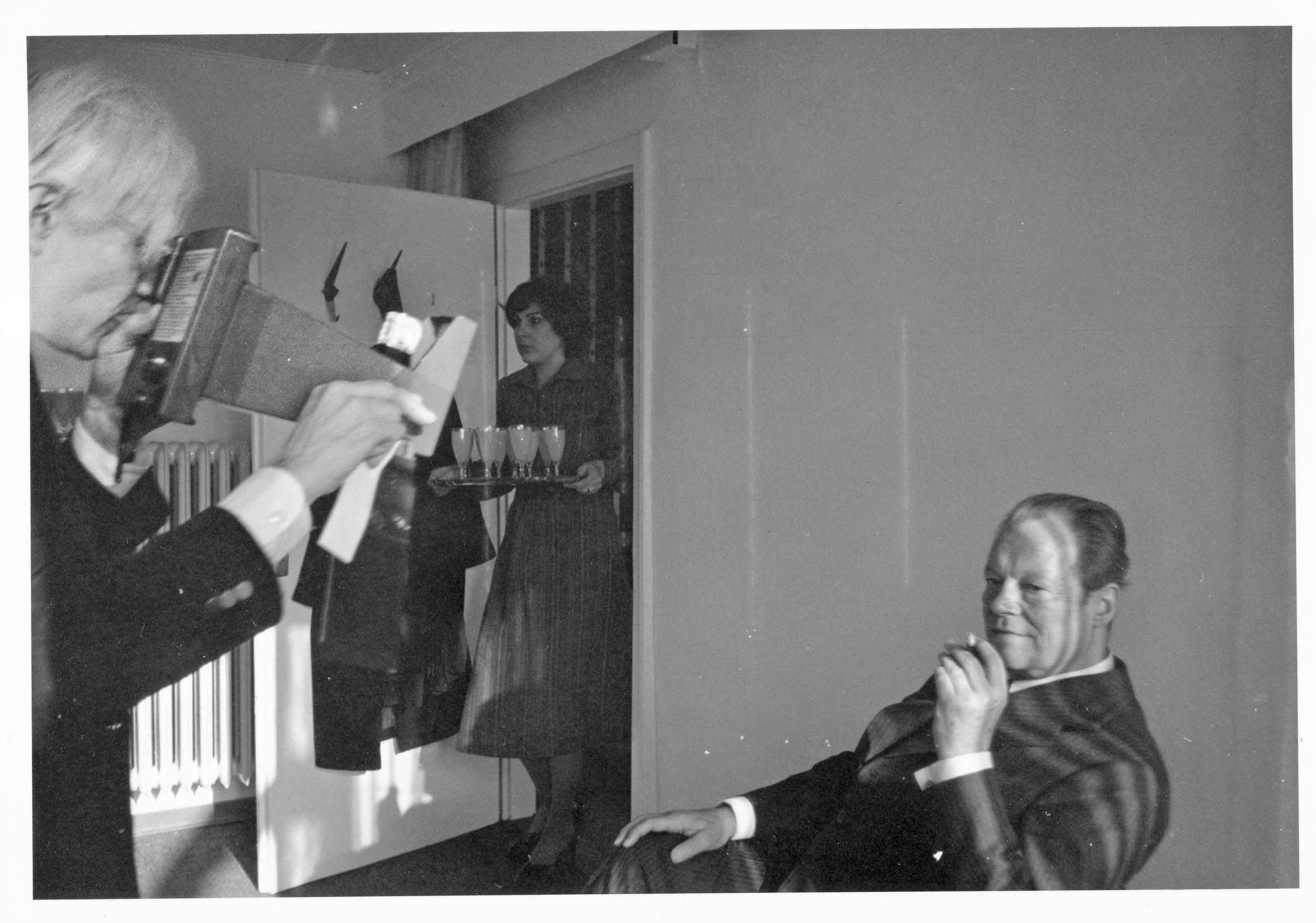 Bonn, 1976. Andy prenant des Polaroïd du chancelier Willy Brandt pour un portrait commandé par le Parti social-démocrate. © Bob Colacello