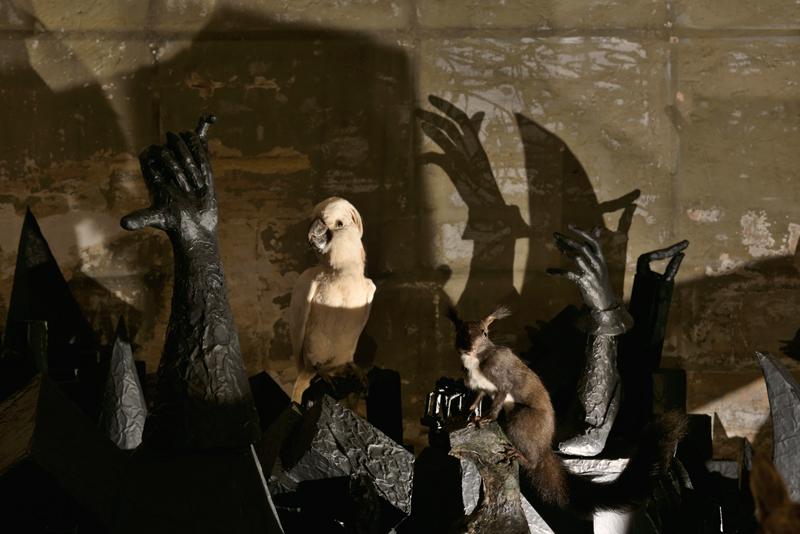 """Vue de l'exposition, Annette Messager """"Sleeping Songs"""", 24 mai - 19 juillet 2019, Galerie Marian Goodman, Paris. Courtesy de l'artiste et Marian Goodman Gallery. Crédit photo : Rebecca Fanuele"""