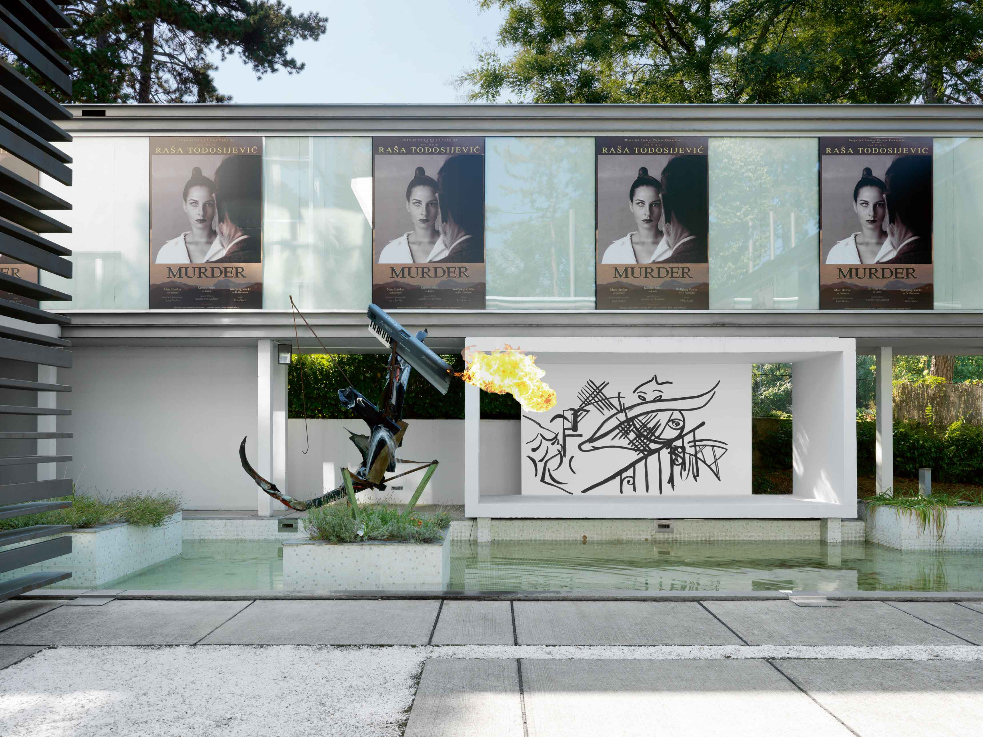 Vue de l'exposition Fade in 2 (affiches de Rasa Todosijevic et sculpture cracheuse de feu de Tobias Spichtig), dans une villa moderniste de Belgrade.