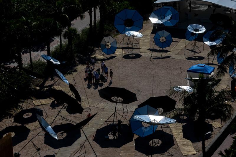 """""""Albedo"""", une installation en bord de mer à Miami de Tomás Saraceno composée d'environ 40 parapluies retournés réfléchissants."""