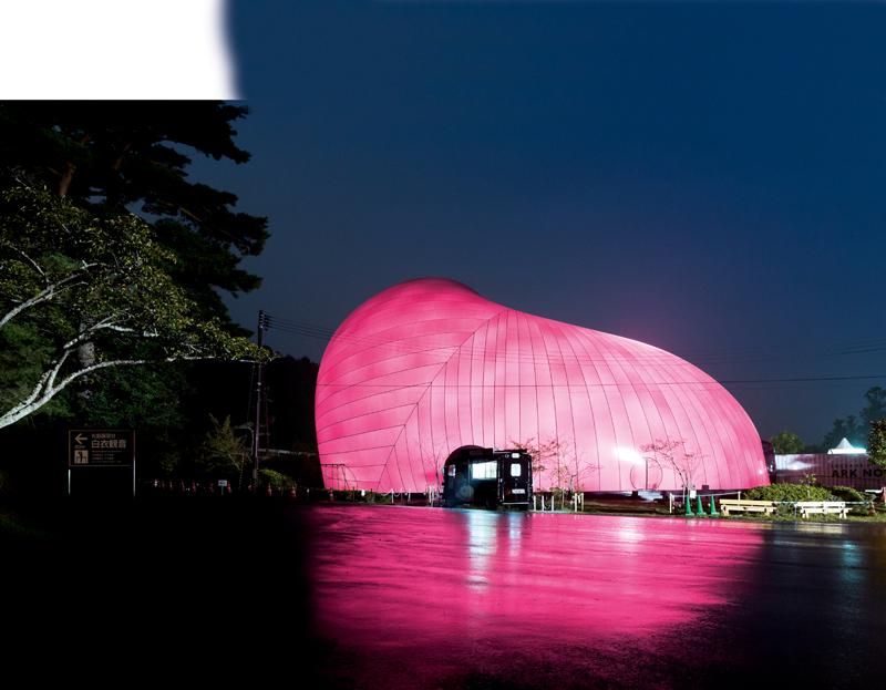 Vues de l'Ark Nova, la salle de concert gonflable et transportable conçue par l'artiste Anish Kapoor et l'architecte Arata Isozaki, inaugurée au Festival de Lucerne en 2013.