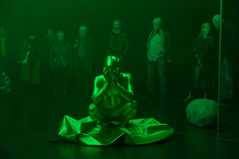 """Julie Monot, """"GET DRESSED/GREEN ROOM"""" (2019). Performance, durée variable. Courtesy the artist, Alpina Huus & Arsenic"""
