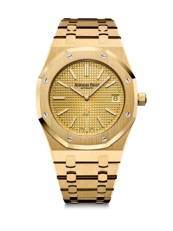 """Modèle de montre """"Royal Oak Frosted Gold"""", bracelet en or martelé 18 carats."""