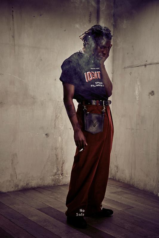 Ian Connor : T-shirt and pantalons, APPLECORE. Ceinture et poche en cuir D'HEYGERE. Chaussures, SALOMON BY BORIS BIDJIAN SABERI.